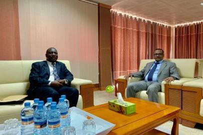 رئيس اتحاد ارباب العمل الموريتانيين مستقبلا السفير الغامبي (و.م.أ)
