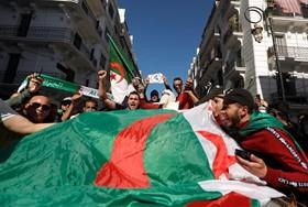 من تظاهرة في العاصمة الجزائر يوم 15 آذار/مارس الماضي / رويترز