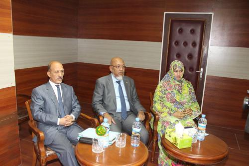 الوزير  سينا علي ولد محمد خونا (وسط)