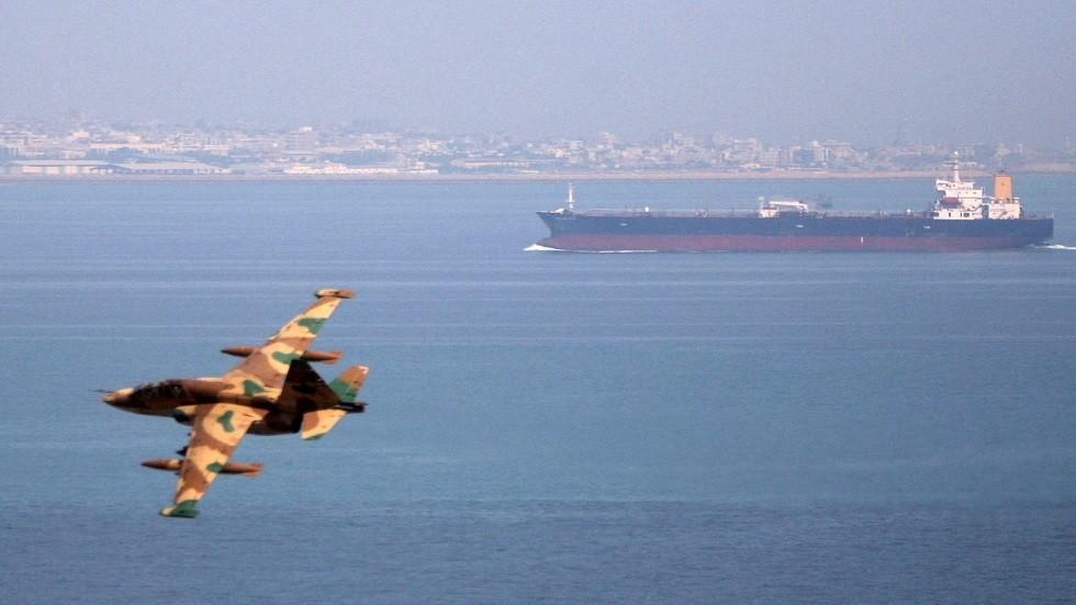 مقاتلة أيرانية فوق مياه خليج عمانCJF/AT /TW/wy / Reuters