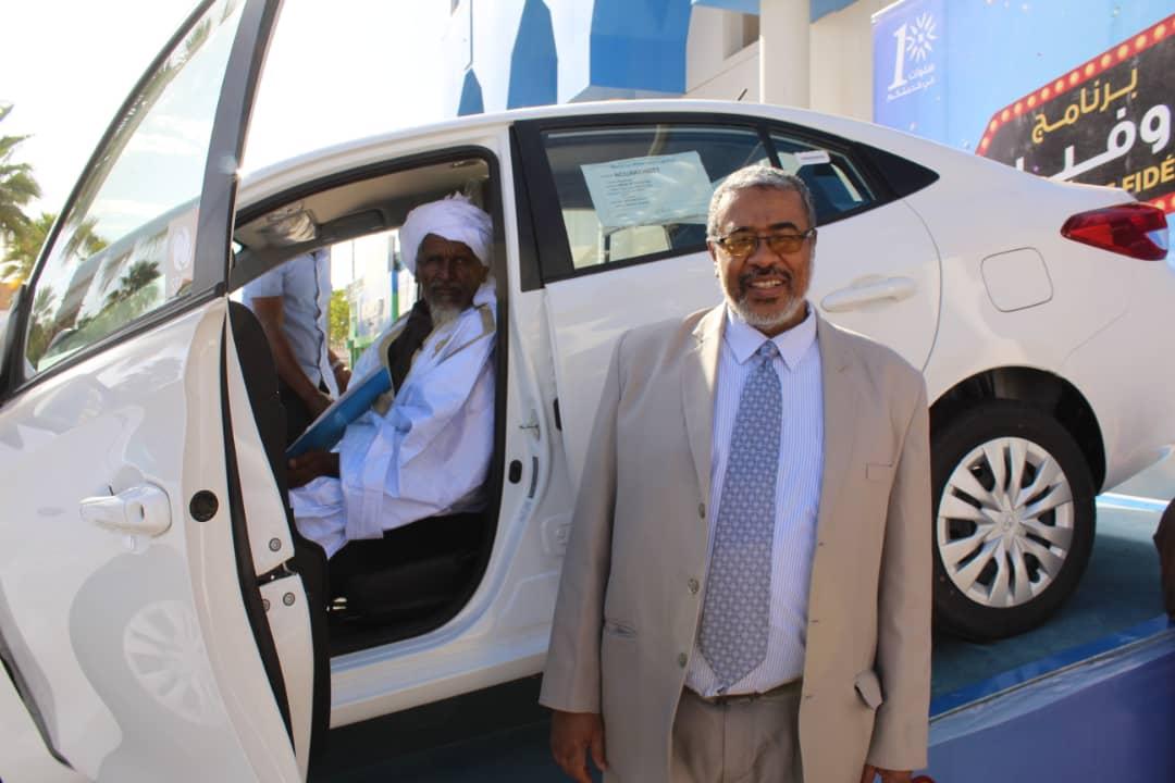 الفائز بالسيارة مع المدير العام للشركة