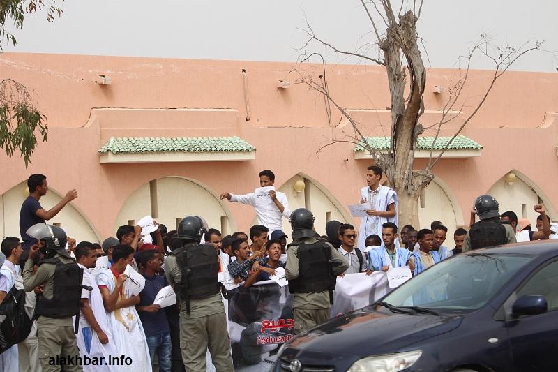 الطلبة خلال وقفة احتجاجية اليوم أمام بوابة القصر الرئاسي
