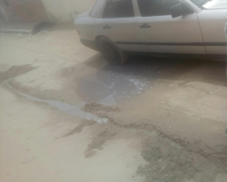 سيارة مركونة لدى منزل الجيران تسبح في النفايات السائلة
