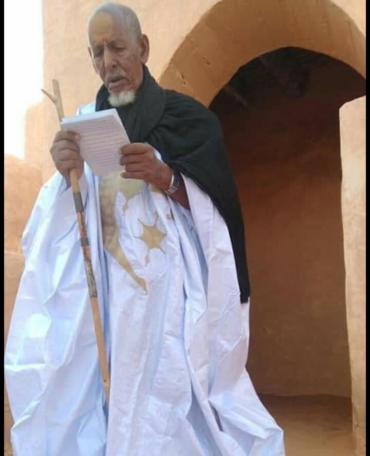 إمام مسجد شنقيط اثناء خطبة صلاة العيد اليوم
