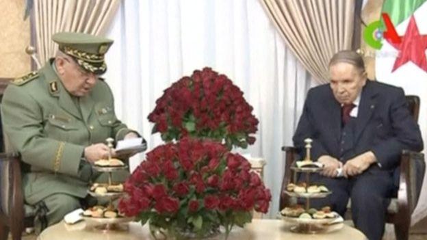 الرئيس بوتفليقة مع قائد الجيش الجزائري أحمد قايد صالح (ارشيف)
