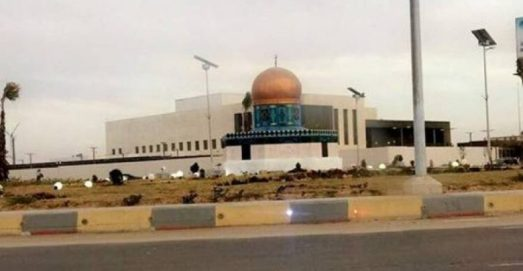 السفارة الأمريكية في نواكشوط ويظهر أمامها مجسم لقبة الصخرة في القدس المحتلة