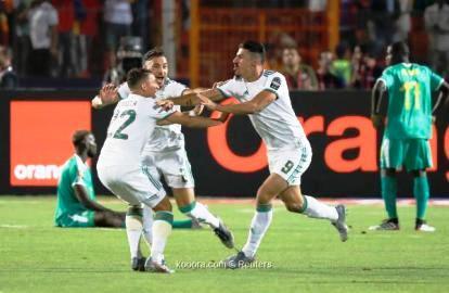 إسماعيل بن ناصر مع لاعبي الجزائر
