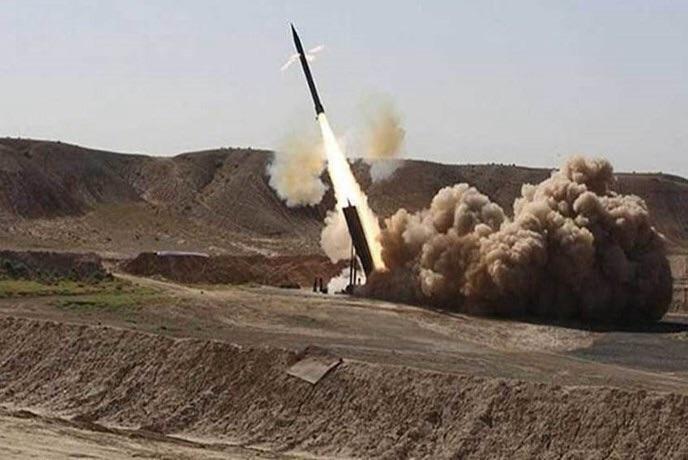 الجيش اليمني يطلق صاروخ نوع زلزال1 على تجمعات التحالف في جيزان السعودية