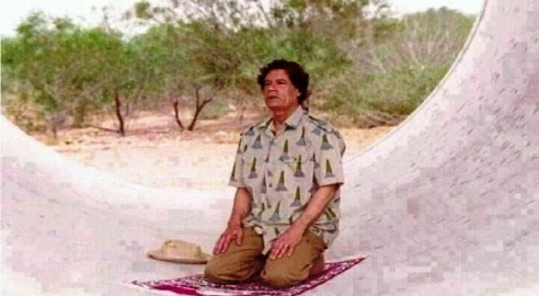 صورة للزعيم الليبي الراحل معمر القذافي نشرها موقع afriseries.com في مقاله