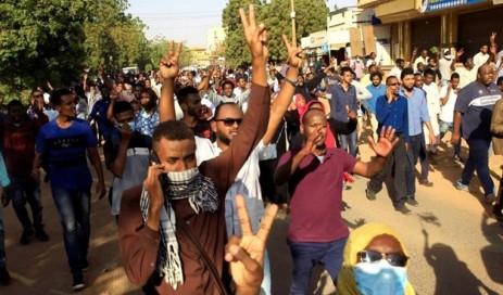 """تجمع المهنيين يدعو المواطنين للتوجه إلى ساحة الاعتصام لوقف ما وصفها بـ""""مجزرة مليشيات النظام"""""""