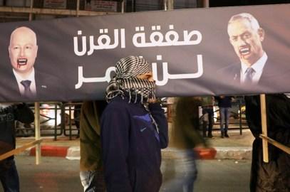 فلسطينيون يحملون تابوتاً يحمل عبارة الرفض لصفقة القرن في نابلس (أ ف ب).