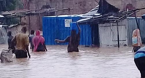 مواطنون يحاولون إنقاذ ما يمكن إنقاذه من أغراضهم وأمتعة منازلهم صباح الاثنين