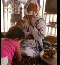 والدة الضحية وابنتها في عريشهما بتوجونين