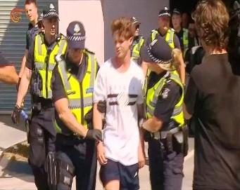 الشرطة تقتاد الارهابي منفذ المجزرتين
