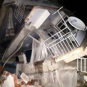 انهيار مباني جراء الزلزال الذي ضرب شرق تركيا (أ ف ب)